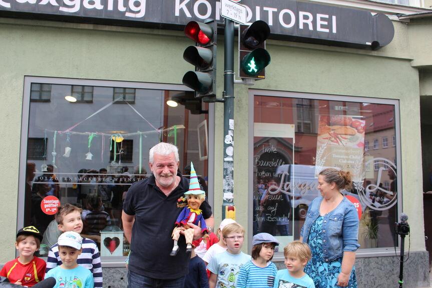 Augsburg: Erste Ampel mit Kasperl von der Augsburger Puppenkiste